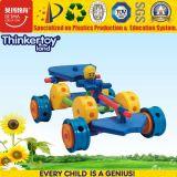 A instrução de Thinkertoyland obstrui o carro do brinquedo da raça de automóvel