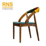 D140はレストランのための安い現代木製の食事のレストランの椅子を卸し売りする