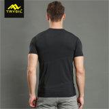 人の黒いTシャツの体操の衣類の適性の上