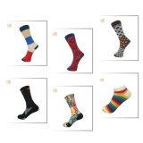 El negro de los hombres crea calcetines de la alineada para requisitos particulares con el telar jacquar blanco
