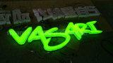 Das kundenspezifische Firmenzeichen, das LED bekanntmacht, bezeichnet Signage mit Buchstaben