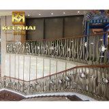 Cerca del metal del balcón de la escalera del jardín del acero inoxidable como barandilla