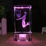 Cubo cristalino grabado 3D de la belleza con la base ligera del LED