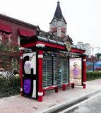 Pensilina attendente del passeggero che fa pubblicità al segno della fermata dell'autobus