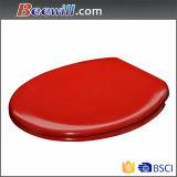 Siège des toilettes rouge de couleur pure avec la fin de doux