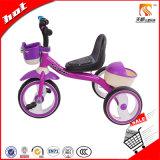 바구니를 가진 세발자전거 자전거가 자주색 색깔에 의하여 농담을 한다