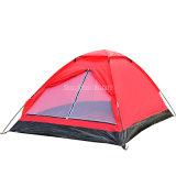2 Personen, die verwendetes kampierendes Zelt falten
