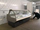 前部のスーパーマーケットによって冷やされているデリカテッセンのショーケースはガラスドアを持ち上げる