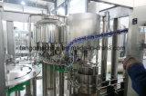 Полное заполнение минеральной воды в бутылках упаковки производственной линии