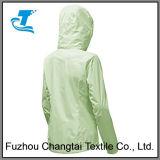 La mujer chaqueta impermeable ligero al aire libre