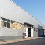 Portail de l'entrepôt d'alimentation du châssis avec toit de tôle en acier et le mur
