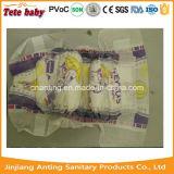 Paquet rose de couleur avec la couche-culotte remplaçable verte de bébé d'ADL