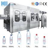 Beber agua natural de la línea de llenado de botellas