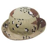 Os homens de chapéu grande chapéu de caçamba a bordo rasante de vento com chapéus de Pesca