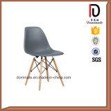 椅子のDsw Eamesの椅子を食事する現代余暇
