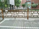 新式の庭の木のベンチ