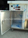 氷鍋の6枚の皿が付いている機械によって揚げられているアイスクリーム機械