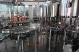 L'eau, carbonatée, ligne de remplissage de bouteilles de jus du Roi Machine