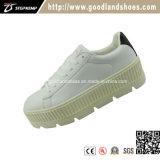 أحذية بيضاء مع [أوتسل] عارية لأنّ نساء