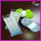 Aghi circolari che lavorano a maglia il filato di poliestere della striscia