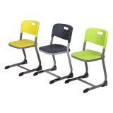 Asiento plástico y sillas posteriores de la escuela
