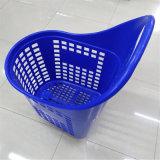 Супермаркет используется большой рукой потяните за пластмассовый магазинов тележки корзины