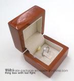 Коробка держателя кольца ювелирных изделий Cusotm поставкы фабрики деревянная с светом СИД