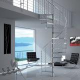 Escadaria em espiral interior com o design do sistema de grade de vidro