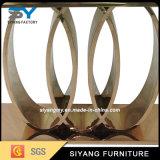 居間の家具の側面表の金のコンソールテーブル
