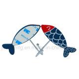De zelfklevende Haken van het Metaal met de Blauwe Vissen van de Hars voor het Hangen van Kleren