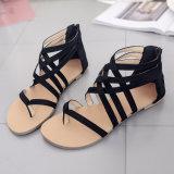 女性の靴黒の十字は平らなかかとのサンダルを紐で縛る