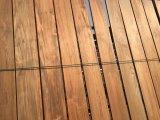 Tomando el sol en la plancha de Sunshine Long Burma Teak pisos de madera sólida