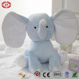 Le doux mignon de peluche de bébé d'éléphant rose a bourré le jouet brodé se reposant