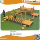 鋭いゲームの外の純木の子供の運動場のゲーム