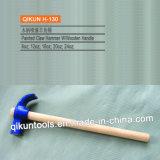 La mano del hardware della costruzione H-125 lavora il tipo martello da carpentiere dell'Italia con la maniglia di legno lunga