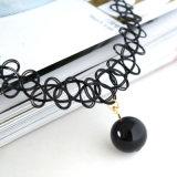 Collier fabriqué à la main de tatouage de foulard de femmes élégants avec pendant noir/blanc de perle