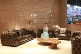 Sofá de couro de grão superior em sala de estar