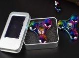 Подгоняйте сбросьте волчок руки металла треугольника игрушки подарка радуги усилия