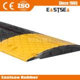 黒く及び黄色のトラフィックの鋼鉄はゴム製道の減速バンプを補強する