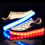 男の子の女の子のための2017の方法明るいLED靴