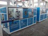 La máquina hace el tubo de agua del PVC