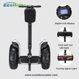 L'individu le plus neuf équilibrant le scooter électrique de deux roues