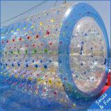 Esfera de rolo inflável colorida da água no lago ou na piscina