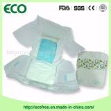 Um tecido descartável do bebê da classe com a folha traseira respirável para o verão