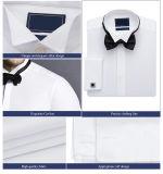 適当な白人の綿のワイシャツの人のビジネスワイシャツを細くしなさい