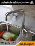 ステンレス鋼ミラーの磨かれた台所の流しのコック