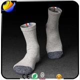 Mann-Mitte trifft den Herbst hart, der warme Freizeit-Socken verdickt