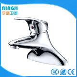 Scegliere il rubinetto moderno della stanza da bagno del bacino della maniglia