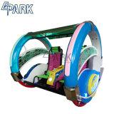 子供の遊園地の硬貨の補助機関車の幸せな振動車