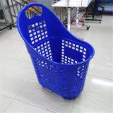 O supermercado usou a cesta plástica do trole da compra da tração da mão grande